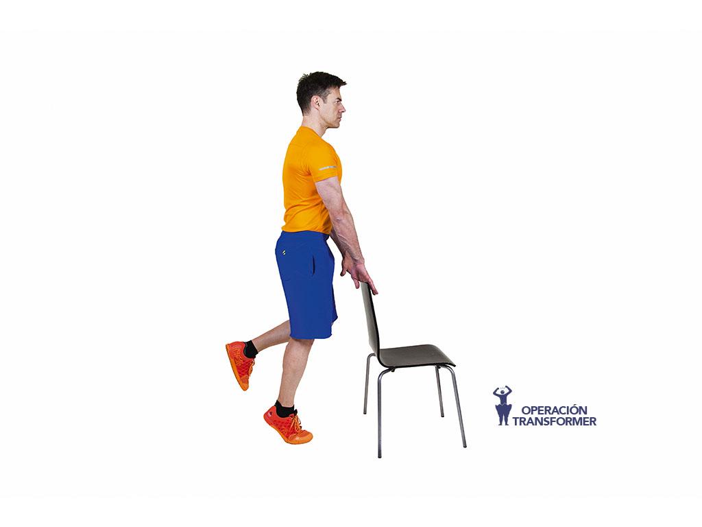 de puntillas con silla